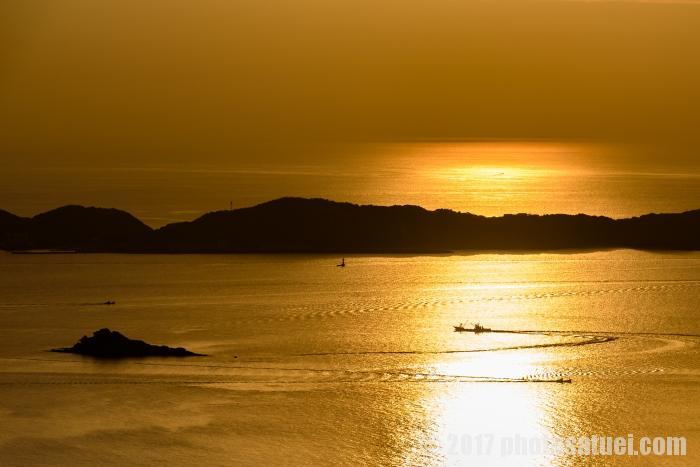 輝く海と船