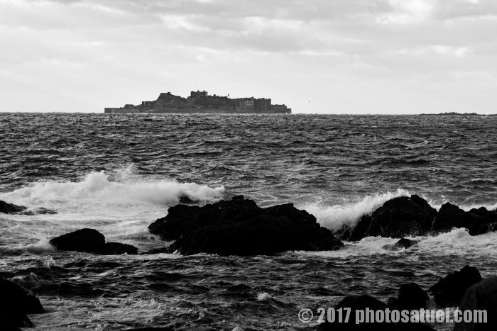 荒波に浮かぶ軍艦島