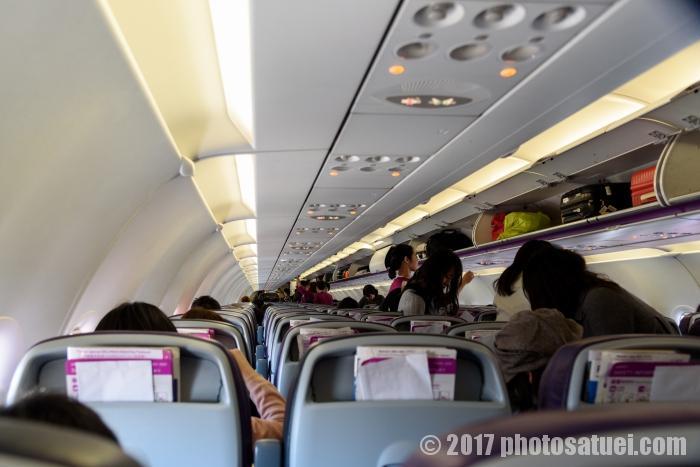 ピーチの機内 飛行機